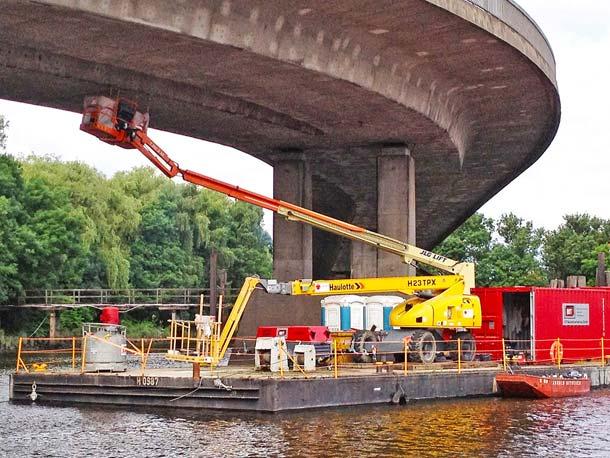 Arbeitsbühnen im Schwimm-Einsatz an der Hamburger Köhlbrandbrücke