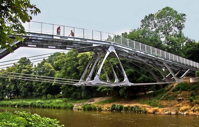 Die feuerverzinkte Brücke macht nicht mit einem formalen Gestus auf sich aufmerksam, sondern besticht durch ihr intelligentes und rationales Konzept.