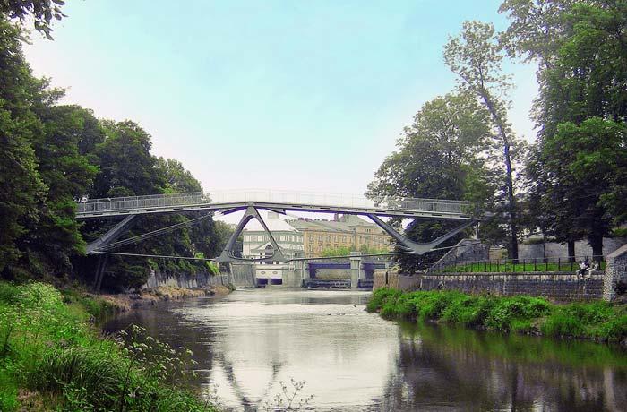 Die gewaltlose Eingliederung der Brücke in den Baumbestand des Jirásek-Parks war von höchster Priorität.