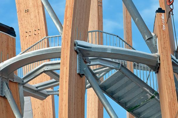 Geschweißte Stahlkästen und Rundrohre aus Stahl steifen die 16 Brettschichtholzstützen aus