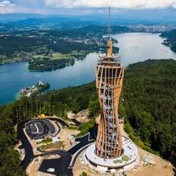 Turm aus Brettschicht-Holz und Stahl