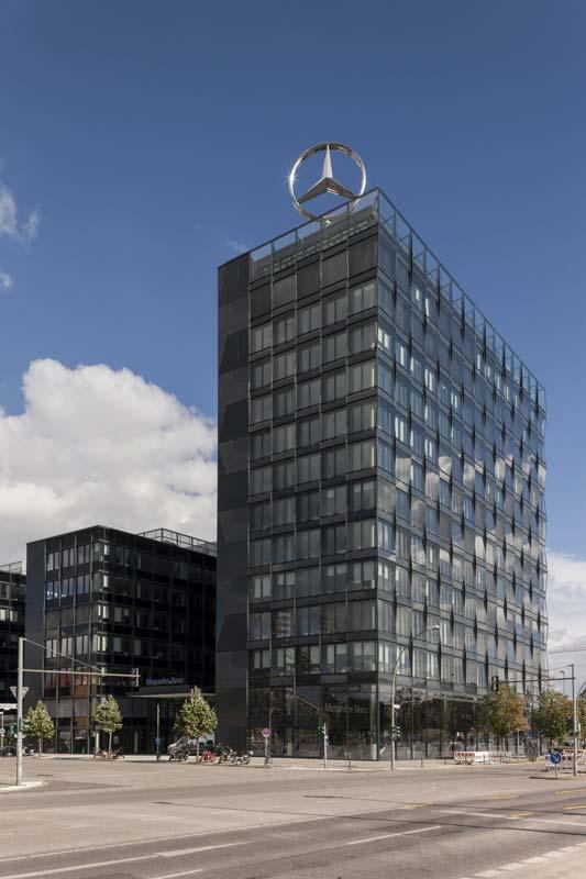 Die Mercedes-Benz Vertriebszentrale ist Teil des neuen urbanen Stadtviertels, das bis 2016 auf den Flächen des ausrangierten Ost-Güterbahnhofs entstehen soll. Das Turmgebäude verfügt über insgesamt 13 Geschosse. Foto: Stefan Maria Rother für AEG Haustechnik