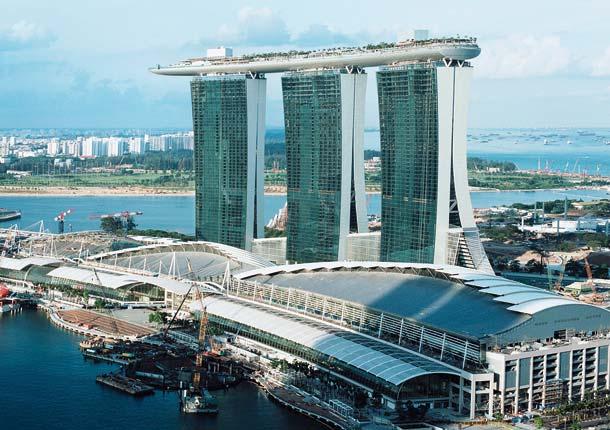 Im 2010 fertiggestellten Marina Bay Sands installierte KONE 146 Aufzüge, sechs Rolltreppen  sowie im September 2013 den ersten Personenaufzug mit der neuen Seiltechnologie »Kone UltraRope«.
