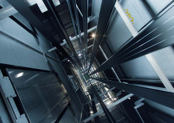 Durch das geringe Seilgewicht des »Kone UltraRope« reduziert sich laut Hersteller der Energieverbrauch von Hochhausaufzügen wie im Marina Bay Sands deutlich.