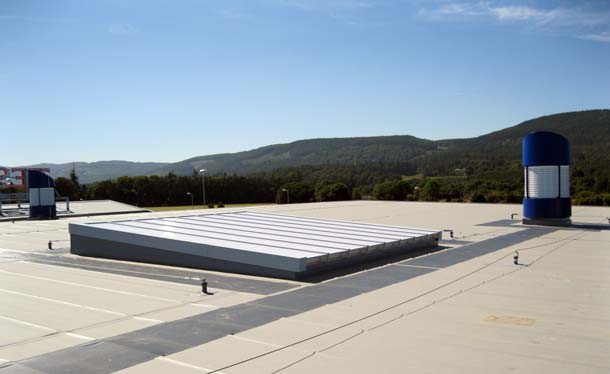 Lichtkuppeln auf dem Dach dienen als natürliche Lichtquelle sowie als Rauch- und Wärmeabzugsanlage (RWA), über die Hitze und mögliche Rauchgase ins Freie gelangen können. Foto: Bayer MaterialScience AG