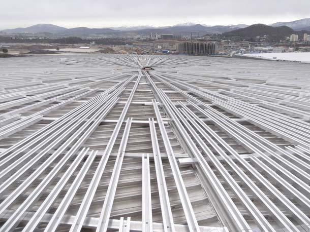 Die Kalzip Bördelklemmen dienen zur durchdringungsfreien Befestigung von Anbauten wie den hier eingesetzten Kompositplatten und deren Unterkonstruktion aus Aluminium-Profilen.