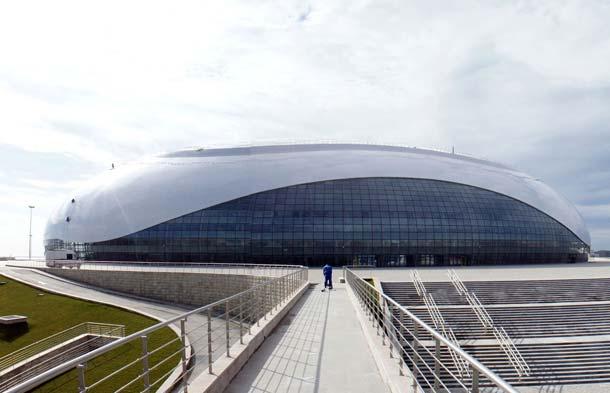 Das Design des rund 12.000 Zuschauer fassenden Bolschoi-Eispalastes in Sotschi ist nach Angaben der Architekten einem gefrorenen Wassertropfen nachempfunden. Sie erinnert den flüchtigen Betrachter aus der Vogelperspektive aber auch an eine weiße Computermaus.