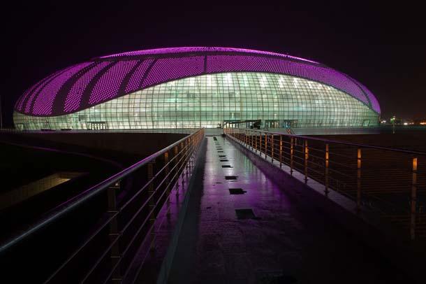 Einfarbige Lichter lassen das Gebäude sehr puristisch und rein erscheinen.