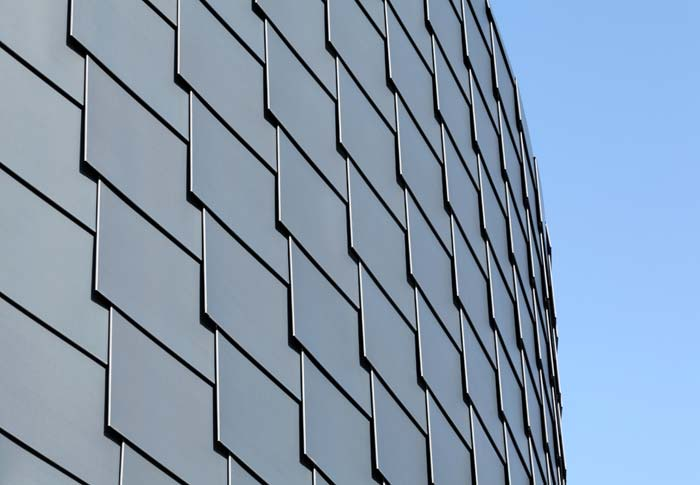 Die Fassade des Lesesaals präsentiert sich mit schuppenartig verlegten Schindeln und knüpft damit an die für das Bergische Land typische Schieferfassade an. Foto: Hans-Jürgen Landes