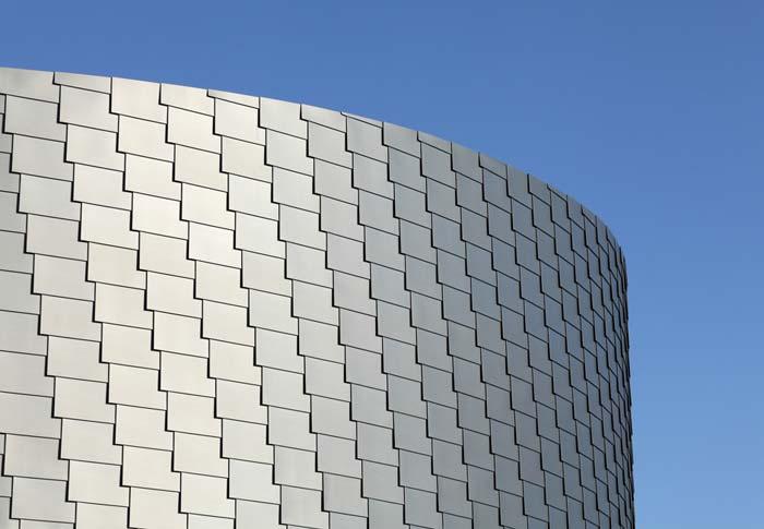 Neben der zylindrischen Grundform fällt bei dem Erweiterungsbau vor allem die Struktur der Fassade ins Auge. Foto: Hans-Jürgen Landes