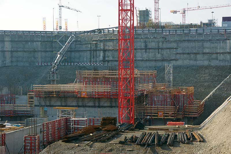 Die Elemente der Wandschalung Mammut 350 kommen in unterschiedlichen Höhen und Breiten an Wänden, Pfeilern und Schächten zum Einsatz.