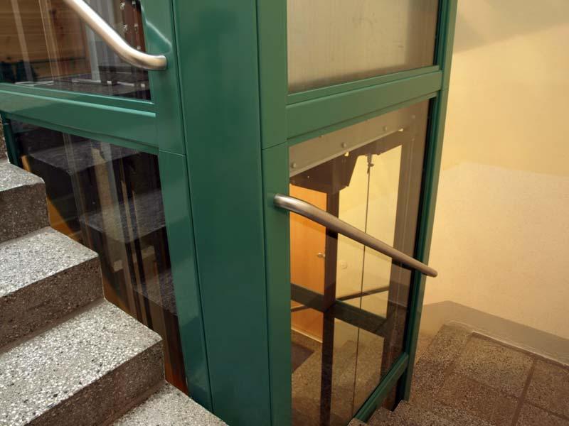 Steht ein ausreichend breites Treppenauge zur Verfügung, kann innenseitig ein komplettes Schachtgerüst nachgerüstet werden.