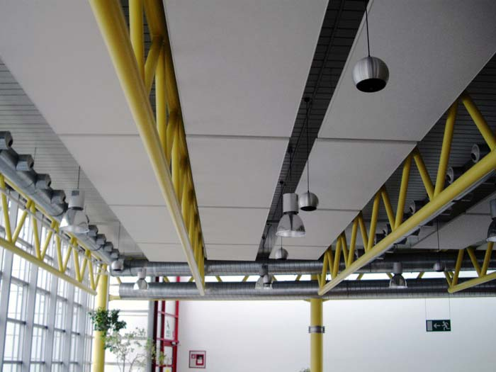 Gute Schallschutzmaßnahmen lassen sich in Kantinen aus hygienischen Gründen häufig nur an der Decke anbringen. Bild: SONATECH GmbH + Co. KG