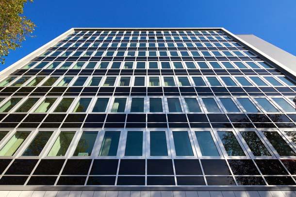 Die Montage der Fassadenelemente führte Freyler Metallbau von oben nach unten durch, um parallel zum Baufortschritt das Gerüst abzubauen.