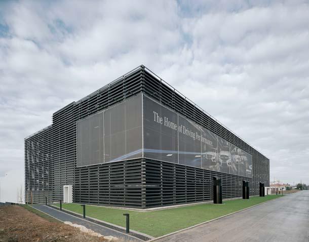 Parkhaus für Mercedes-AMG von Gellink + Schwämmlein Architekten
