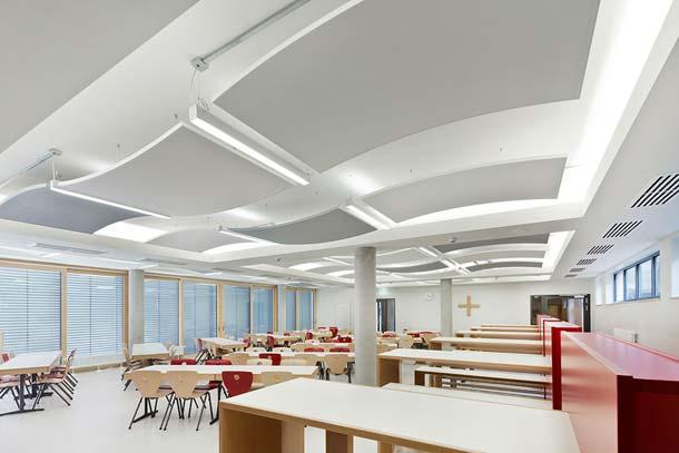 In der Mensa der St. Ursula Schule in Würzburg waren die Akustiksegel THERMATEX Sonic arc durch ihre flexiblen Montagemöglichkeiten im Deckenbereich bestens geeignet, um das Gebäude im Rahmen von Sanierungsmaßnahmen akustisch zu verbessern.
