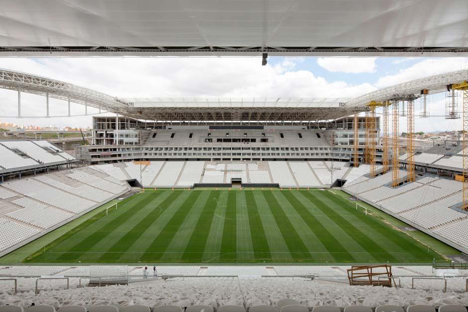 Das Dachtragwerk überspannt die Zuschauerränge auf allen vier Seiten und lässt über dem Spielfeld eine große Öffnung. Foto: Marcus Bredt