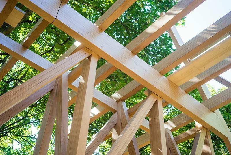 Das Buchenholz Fachwerk der »Main Hall« kurz vor der Schliessung des Daches. Foto: Kristof Lemp
