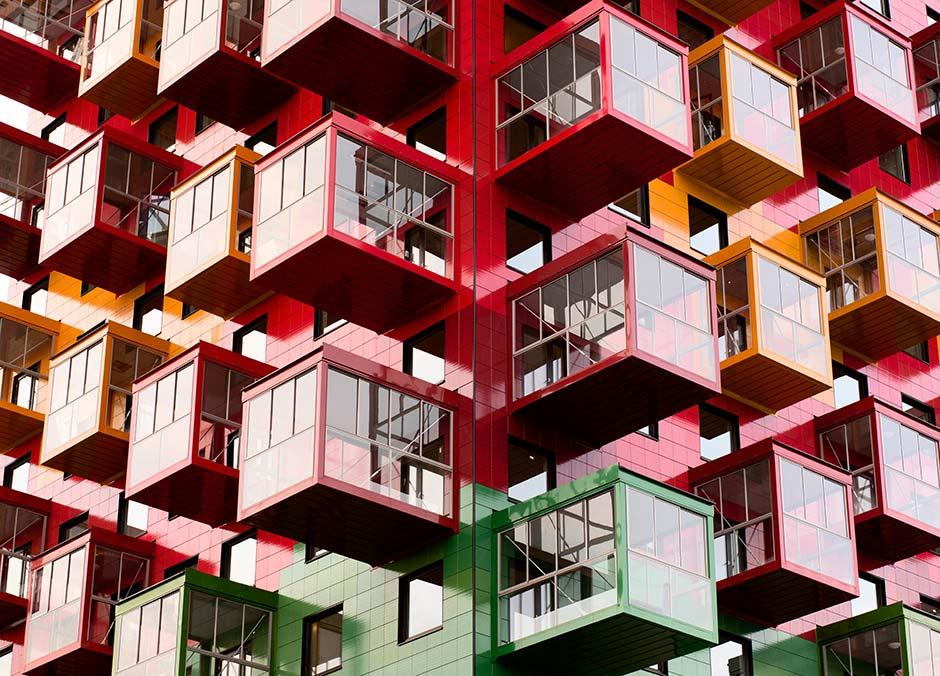 Appartementgebäude mit Keramikfassade - Tingshuset in Örnsköldsvik von Gert Wingårdh