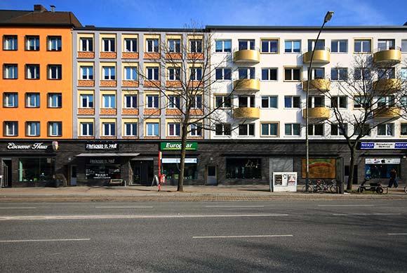 Optisch auch nach der Sanierung kein »Einheitsbrei« – sondern weiterhin dreigliedrig organisierte Fassade: Hamburg, Feldstraße. Foto: Sven Laabs/Sto