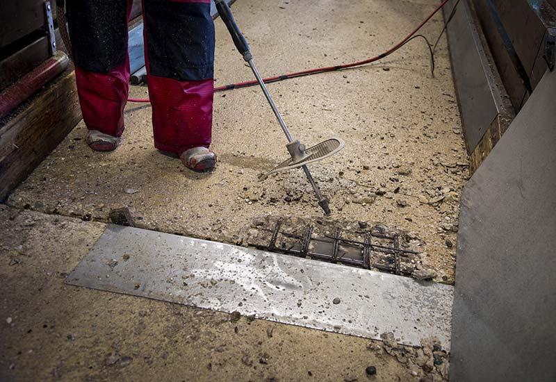 Auch Beton zwischen Bewehrungsstäben kann mit dem Verfahren zeitsparend entfernt werden. Foto: WOMA GmbH