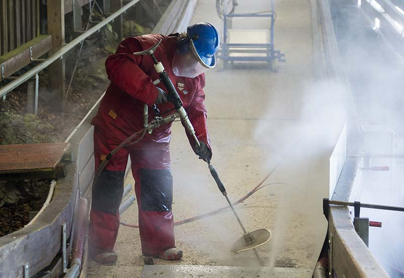 Bei der Sanierung wird die Armierung freigelegt, um sie anschließend zu entrosten und vor erneuter Korrission zu schützen. Foto: WOMA GmbH