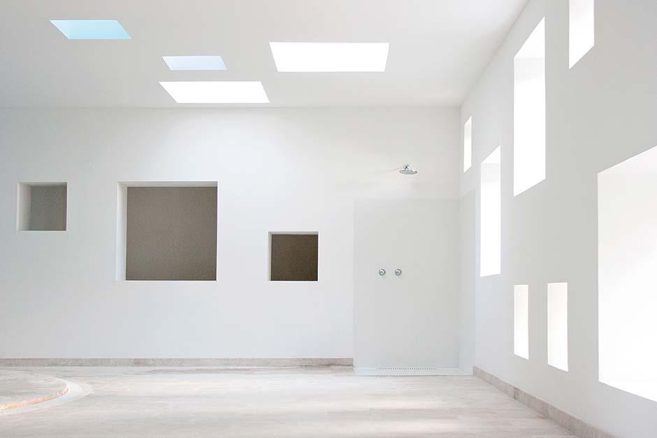 Die zahlreichen Fenster lassen das mediterrane Tageslicht ins Gebäude und sorgen für eine angenehme Lichtstimmung. Foto: Velux / Laura Torres Roa & Antonio Benito Amengual