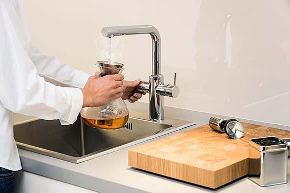 Die Heißwasserarmatur liefert sofort heißes Wasser. So sind Tee und Fertigheißgetränke im Handumdrehen verzehrbereit.