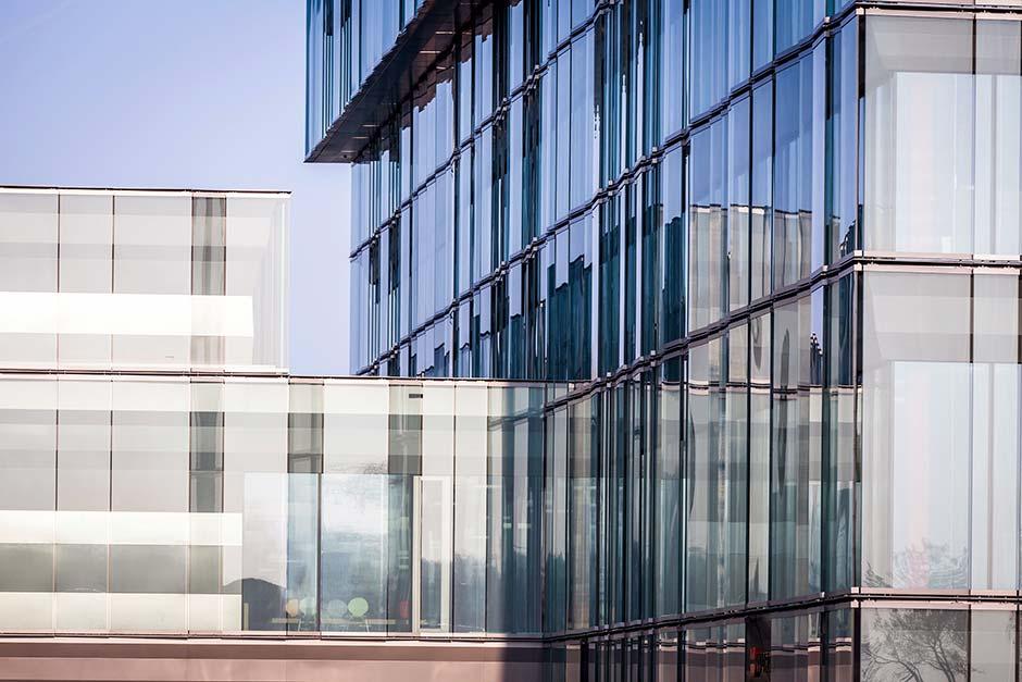 Würth Haus Rorschach (CH). Glasfassade mit einlaminiertem »SEFAR Architecture VISION AL140 Gewebe«. Foto: Aepli Management AG, Gossau