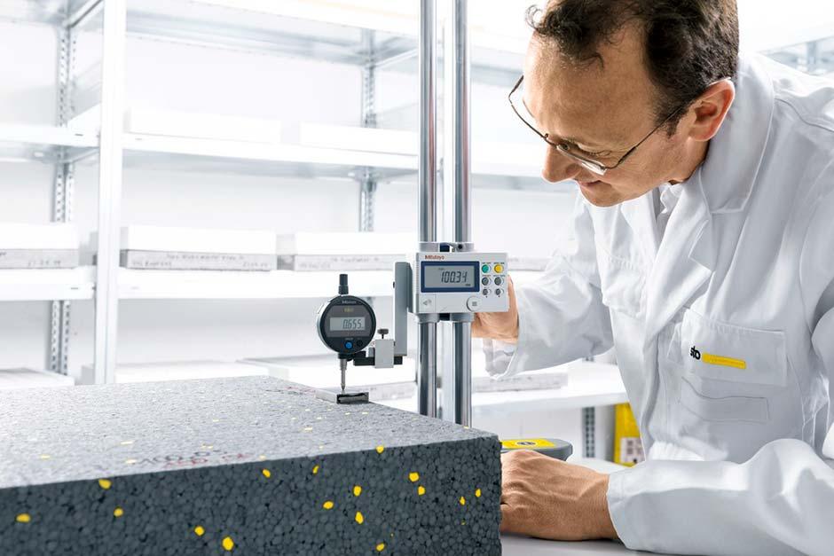 Regelmäßig und präzise: Die Produkte von Sto unterliegen strengen Qualitätskontrollen