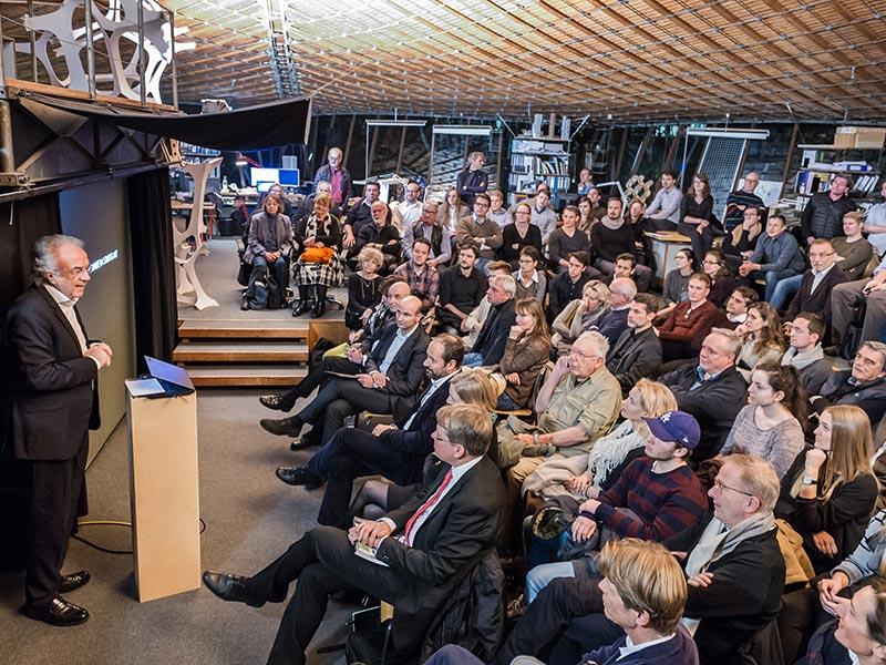 """Im Rahmen der aed-Abendveranstaltung am ILEK der Universität Stuttgart wurde Mitte November auch das """"Jahrbuch der Ingenieurbaukunst"""" vorgestellt. Mehr als 200 Gäste waren gekommen und folgten den verschiedenen Vorträgen, unter anderen sprach Werner Sobek. Foto: René Müller, Stuttgart"""