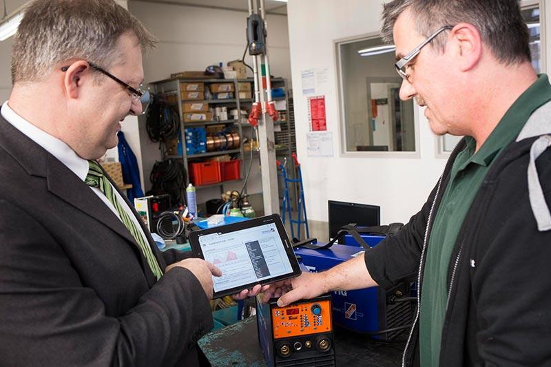 Überzeugungsarbeit: Auf dem Tablet können die Außendienstler bei Bedarf ihren Kunden kleine Produktvideos vorführen.