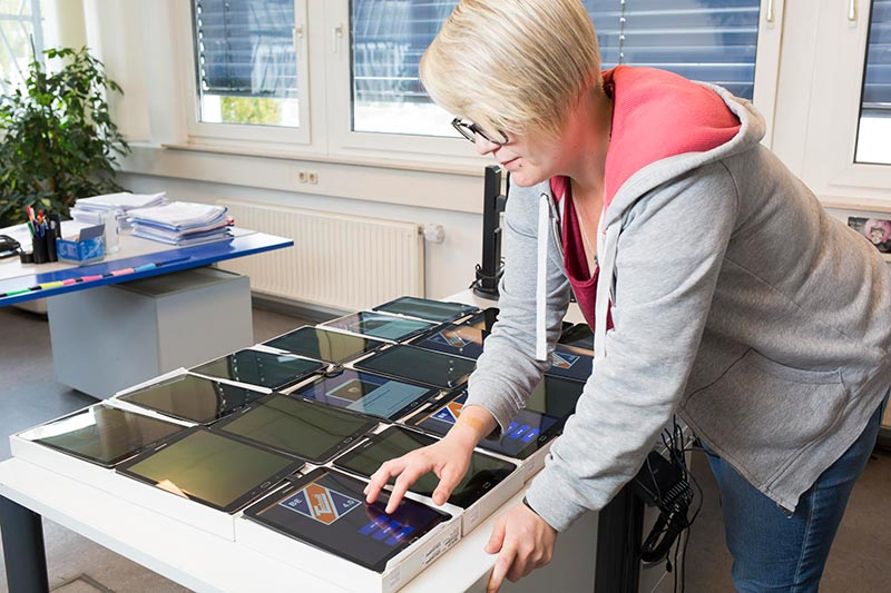 Sofort Startklar: Dank Knox Mobile Enrollment Service sind Tablets und Smartphones von Samsung mit wenigen Klicks einsatzbereit.
