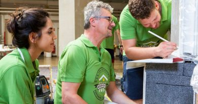 Beim Praxis-Workshop bekamen die Studierenden gezeigt, wie verschiedene Dämmstoffe aufzubringen und wärmebrückenfreie Details auszubilden sind. Natürlich legten sie auch selbst Hand an. Foto: Sto-Stiftung / Christoph Große