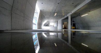 Zahlreiche unterschiedliche, teilweise zweifach geneigte Dachflächen machten den Einsatz von Betonfertigteilen unmöglich. Stattdessen betonierte LEONHARD WEISS vor Ort. Bild: Stefan Wille (LEONHARD WEISS)