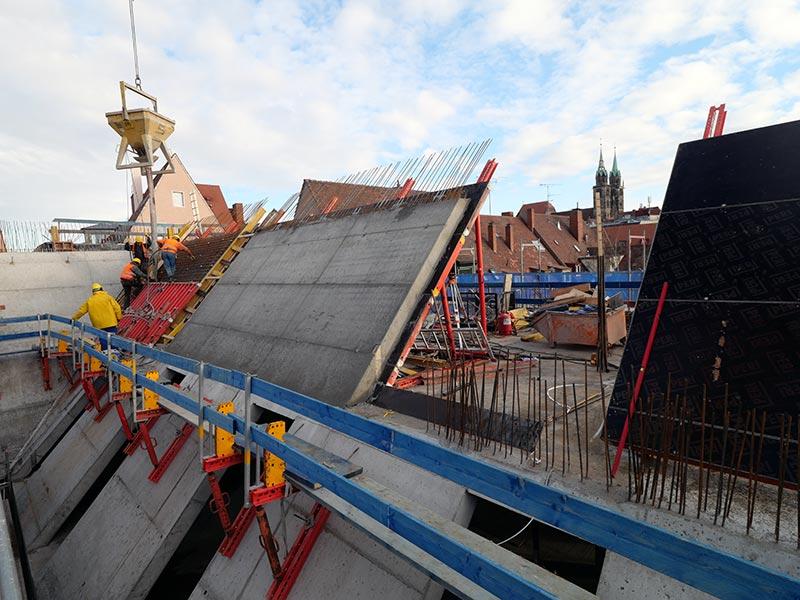 Um Wände und Dach optisch ineinander übergehen zu lassen, wurden die gleichen Schalungselemente verwendet und vor Ort betoniert. Bild: Stefan Wille (LEONHARD WEISS)