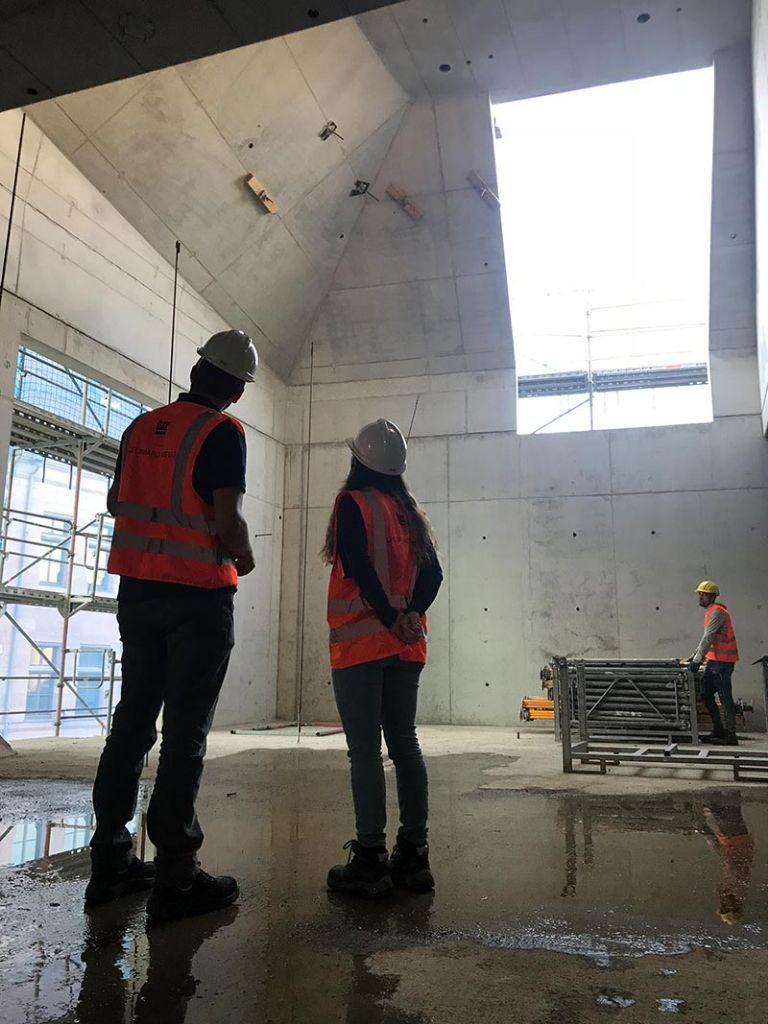Durch die gleichen Schalungselemente für Wände und Dach entsteht eine einheitliche, optisch verbindende Struktur. Bild: Stefan Wille (LEONHARD WEISS)