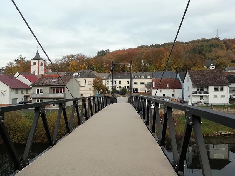 Die Brücke muss auch von der lokalen Feuerwehr befahrbar sein, da die Einsatzfahrzeuge lediglich auf einer Flussseite stationiert sind und bei einem Einsatz auch den Fluss überqueren müssen. Daher ist die neue Brücke für eine Verkehrslast bis 12 t ausgelegt. Quelle: PML