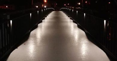 Für einen sicheren Übergang –auch in den Abendstunden – sorgen LEDs im Handlauf. Im mittleren Teil der Brücke schaffen Schwingungstilger eine leichte Dämpfung, sodass beim Laufen keine unangenehmen Vibrationen entstehen.