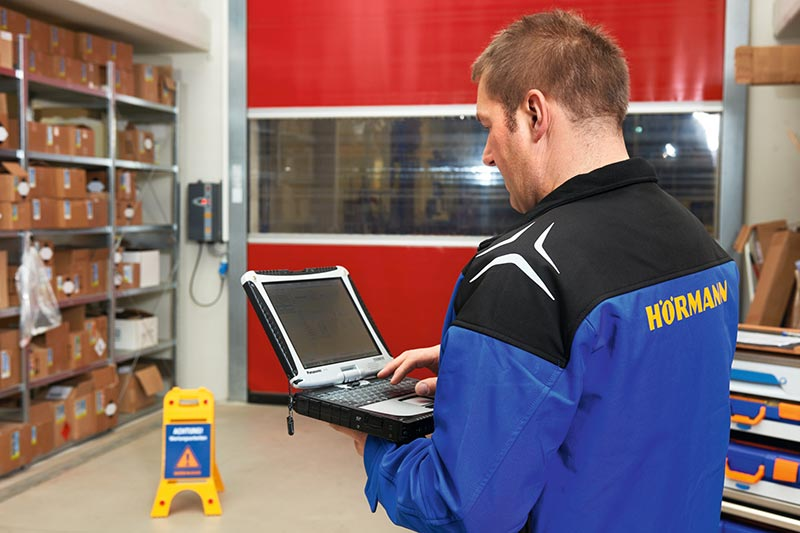 Durch die Informationen der Hörmann SmartControl Plattform kann die Reparatur von Schnelllauftoren vor Ort gezielt unterstützt werden. Der Techniker kann schon bei der ersten Anfahrt zum Kunden die passenden Werkzeuge und Ersatzteile mitnehmen, wodurch eine zweite Anfahrt oft er-spart bleibt. Foto: Hörmann