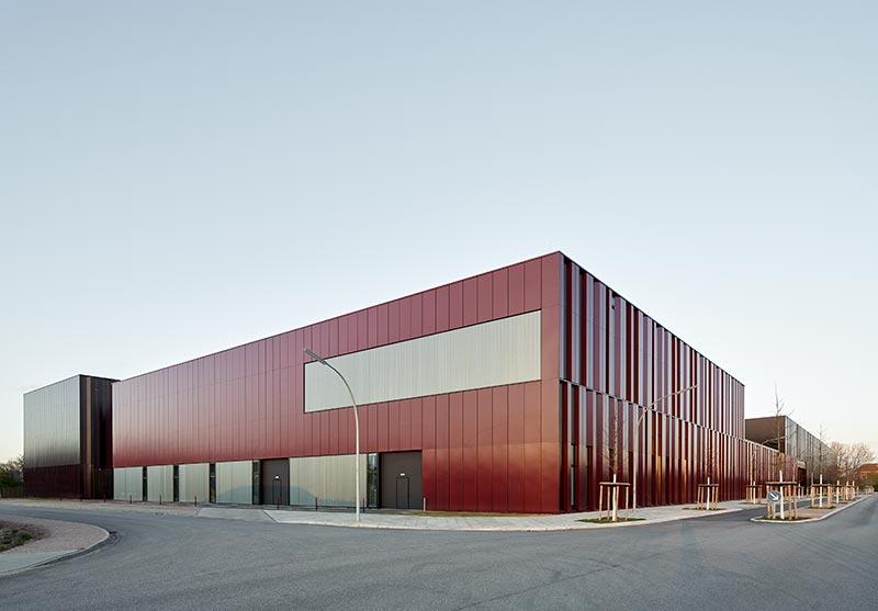 TIMax Mesh ermöglicht es Profilglasfassaden durch eine Einlage farbig nach RAL-Ton zu gestalten. Fotograf: Meike Hansen, Hamburg