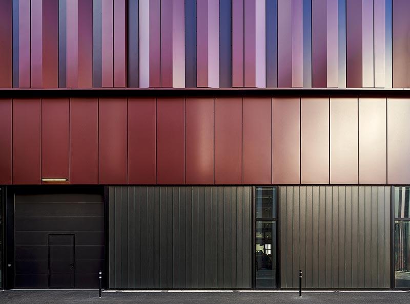 Mit der schwarzen Sonnenschutzeinlage fügen sich die Profilglaselemente harmonisch in die beschichtete Aluminiumfassade ein. Fotograf: Meike Hansen, Hamburg