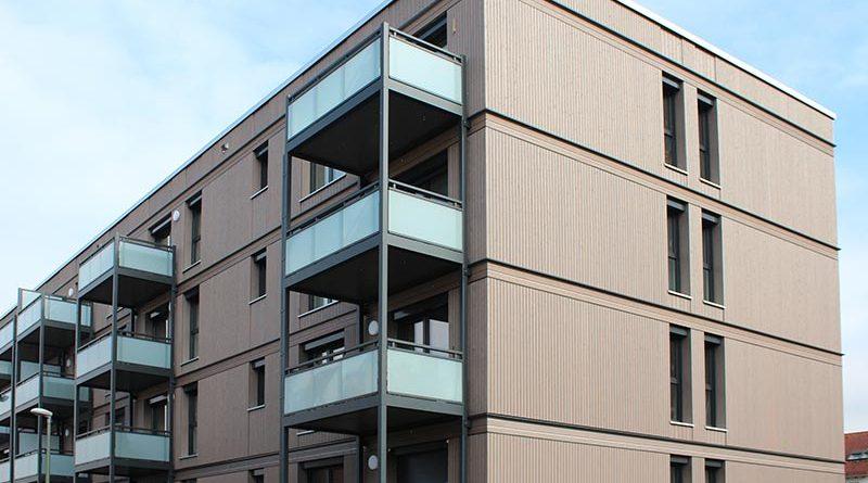 Mehrfamilienhaus in Hybridbauweise. Raumklimadecken sorgen mit ihrem hohen Anteil an Strahlungswärme für einen schnelleren Baufortschritt und ein Plus an Wohnqualität. Bild: Dennert