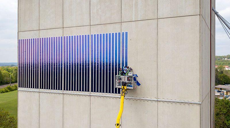 Die neuartige Solarfolie erschließt zusätzliche Potentiale zur Stromerzeugung aus Photovoltaik auf Fassadenflächen. Fotos: LEW / Timian Hopf