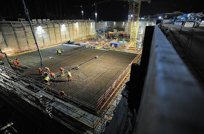 Die Decke des ersten Tunnelsegments wird bei Nacht gegossen. Foto: GSI Helmholtzzentrum für Schwerionenforschung, G. Otto