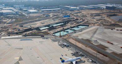 Das Wasser in der Baugrube von Terminal 3 wird erst nach Aushärten des Betons abgepumpt. Foto: Fraport
