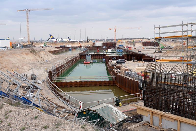 Die einzelnen Docks wurden mit Spundwänden gesichert. Foto: Fraport