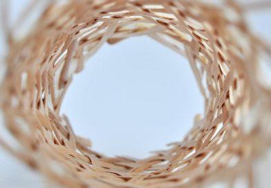 Röhrengeflecht aus Massivholz. Foto: Bau Kunst Erfinden.