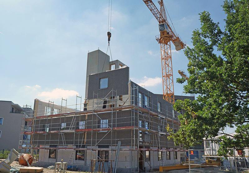 Die Tragwerkskonstruktion kombiniert Holz mit Stahlbetonfertigteilen für die Decken sowie den Treppenkern. Foto: Brüninghoff
