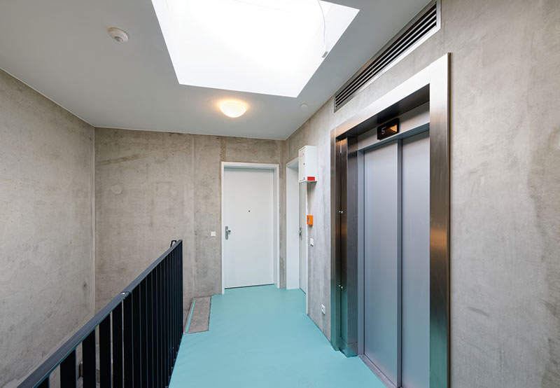 Das Treppenhaus aus Stahlbeton gewährleistet mit einer Aufzugsanlage die barrierefreie Erschließung der Wohnungen. Foto: Brüninghoff